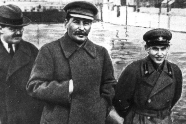 Nikołaj Jeżow (po prawej), to on nadzorował wykonanie rozkazu Stalina, w wyniku, którego życie straciło 110 000 obywateli ZSRR polskiego pochodzenia.
