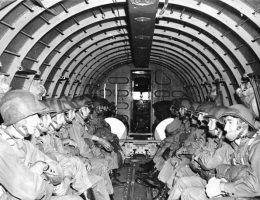 Spadochroniarze amerykańscy podczas manewrów w Anglii, około 1942 roku