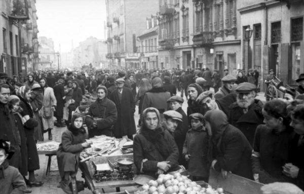 W getcie brakowało dosłownie wszystkiego. Ratunkiem była pomoc z zewnątrz, zwłaszcza w zakresie przemytu żywności. Na zdjęciu przeludnienie dzielnicy zamkniętej (1941 rok).
