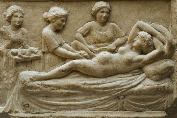 Marmurowa tablica przedstawiająca rodzącą kobietę, znaleziona w Ostii, antycznym mieście portowym starożytnego Rzymu.