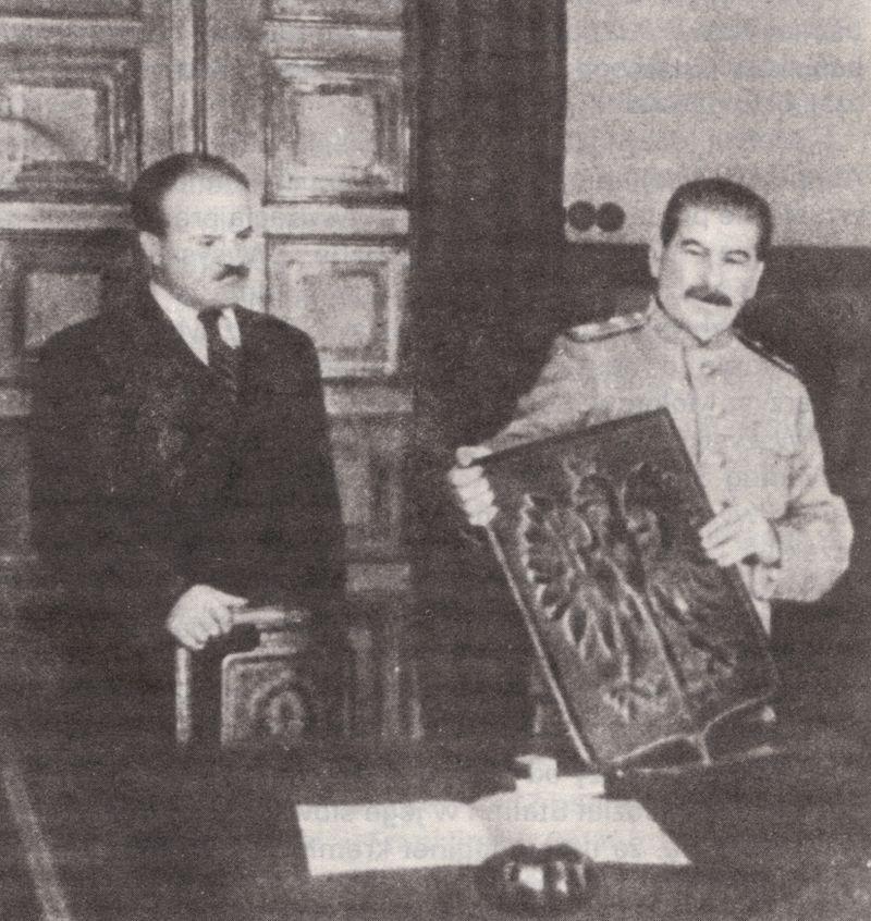 """Polscy pisarzy i intelektualiści pisali nierzadko peany na cześć Stalina nie z przymusu, ale z prawdziwej """"miłości"""". Na zdjęciu Stalin z herbem RP w 1944 roku."""