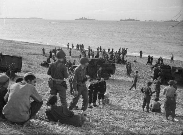Amerykanie i Anglicy po desancie na plaży w okolicach Algieru. Listopad 1942 roku.