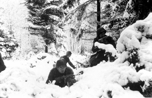 Amerykańskich żołnierzy czekała ciężka przeprawa podczas walk w Ardenach.