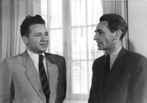 Jednym z autorów, którzy po wojnie opisywali dom publiczny w Auschwitz, był pisarz i poeta Tadeusz Borowski (z lewej).