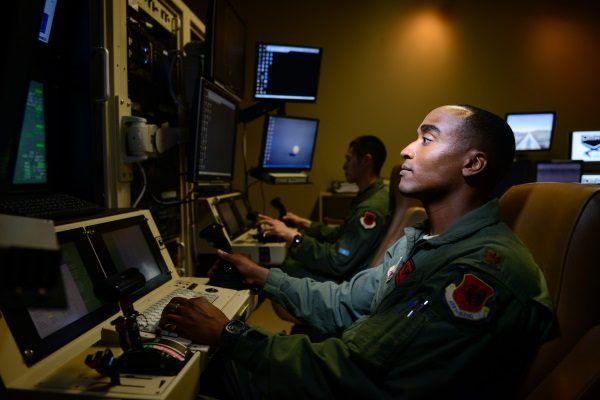 Centrum, w którym piloci dronów zdalnie sterują maszynami (fot. Staff Sgt. Vernon Young, lic. domena publiczna)