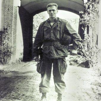 """Major Dick Winters. Zdjęcie z okładki książki """"Poza kompanią braci""""."""