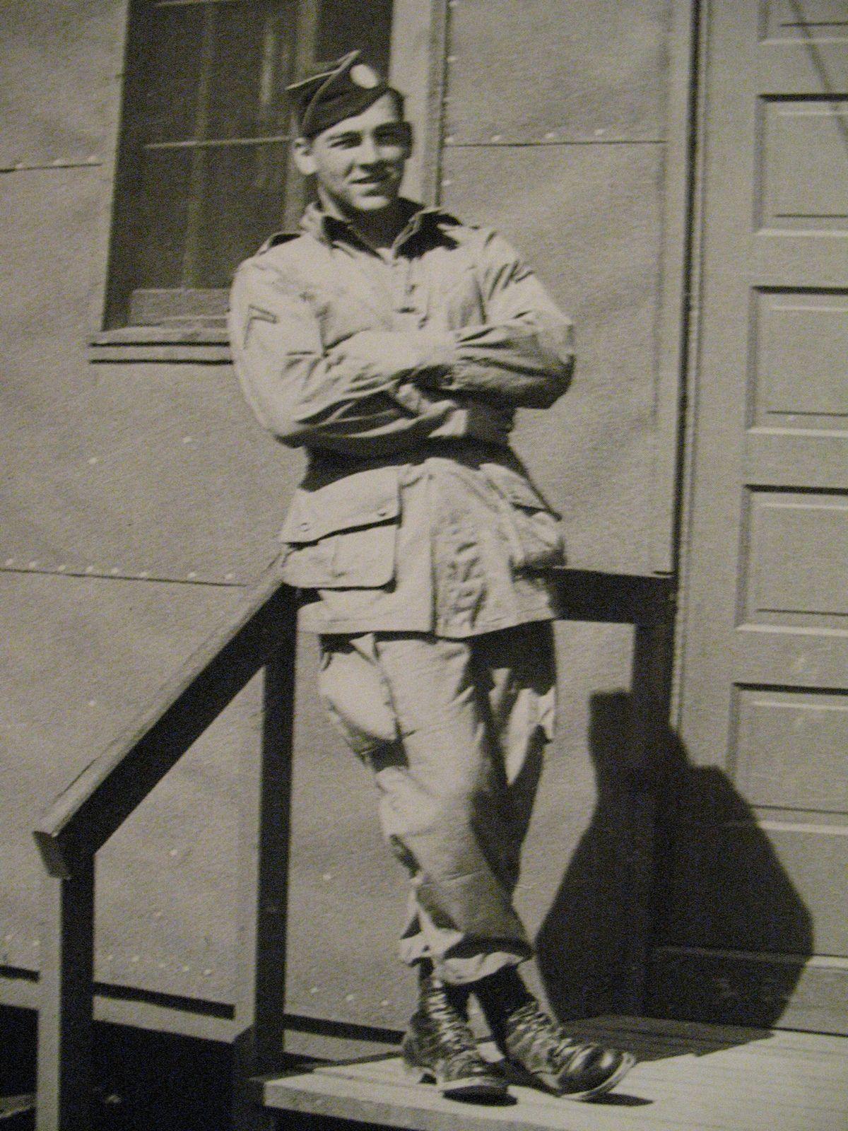 Mordercze szkolenie i dyscyplina sprawiły, że spadochroniarze byli prawdziwą elitą amerykańskiej armii. Na zdjęciu Forrest Guth ze słynnej kompani E. Camp Mackall 1942.