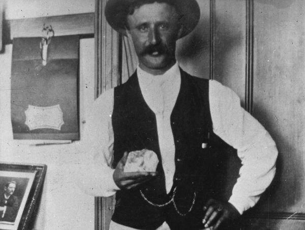Frederick Wells trzyma w ręku diament Cullinan. 1905 rok.