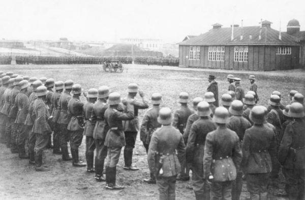 Na wiosnę 1919 roku we Freikorpsach służyły setki tysięcy niemieckich żołnierzy. Na zdjęciu minister Gustav Noske wizytuje jeden z nich.