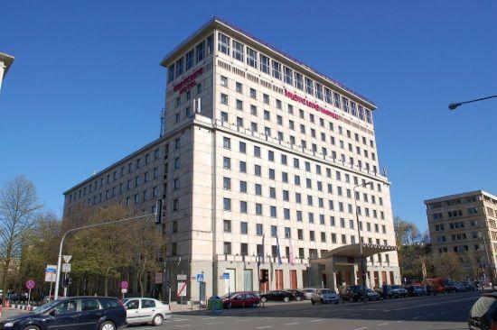 Grand Hotel w Warszawie stał na wysokim poziomie. Dlatego to stamtąd ściągnięto kucharza, by nauczył kursantów potraw z całego świata (fot. Wistula, lic. CC BY 3.0)