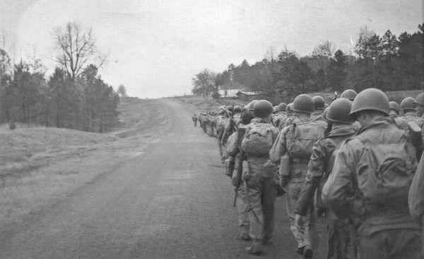 Żołnierze 506. Pułku Piechoty Spadochronowej maszerują z Atlanty do Fortu Benning.