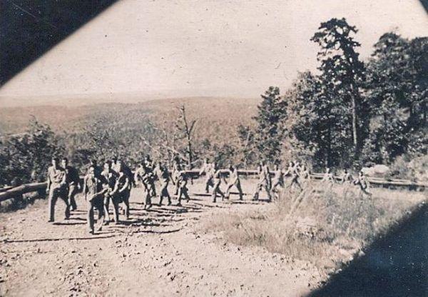 """Żołnierze 506. Pułku Piechoty Spadochronowej podczas """"zdobywania"""" wzgórza Curahee."""