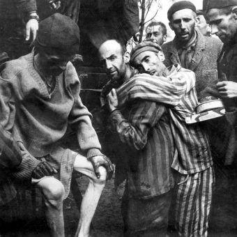 Nazistom nie wystarczała niewolnicza praca więźniów obozów. Szukali dodatkowych możliwości zarobku. Na zdjęciu więźniowie obozu Wöbbelin tuż po wyzwoleniu.