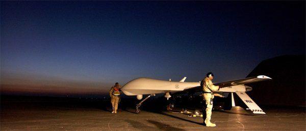 Operacja IRAQI FREEDOM. Obsługa naziemna zajmuje się dronem (fot. U.S. Air Force, Staff Sgt. Jeremy T. Lock, lic. domena publiczna)
