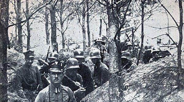 Powstanie wielkopolskie zakończyło się rozejmem w Trewirze z 16 lutego 1919 roku. Gdyby jednak nie twarda postawa państw Ententy historia mogłaby się potoczyć zupełnie inaczej. Na zdjęciu powstańcy w okopach.