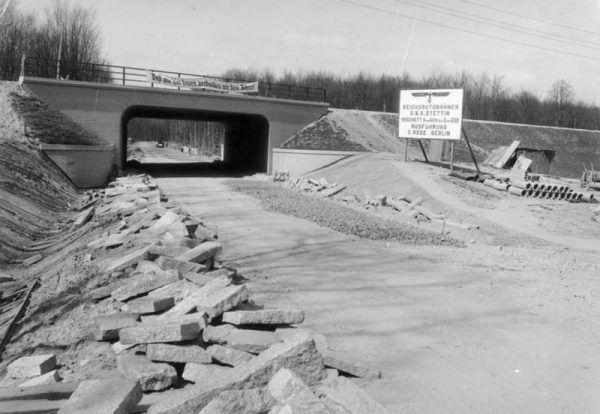 Budowa sieci autostrad wymagała tysięcy pracowników. Naziści chętnie wykorzystywali do tego więźniów obozów nadzorowanych przez Organisation Schmelt.