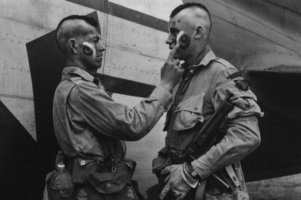 Spadochroniarze gdzieś w Anglii, czerwiec 1944.