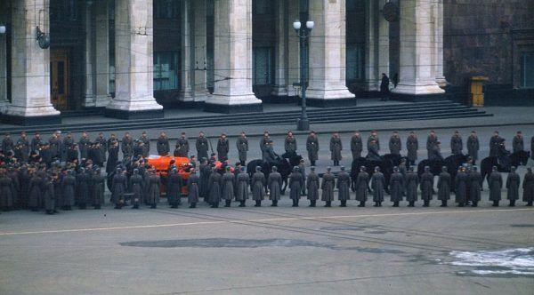 Śmierć Stalina w wielu Polakach wywołała prawdziwy smutek. Niektórzy mdleli z rozpaczy... Na ilustracji pogrzeb przywódcy ZSRR.