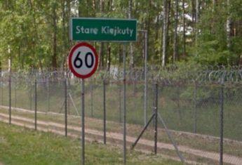 Stare Kiejkuty. Za tymi zasiekami z drutu kolczastego szpiedzy komunistycznej Polski uczyli się, jak rozpracowywać wszystkich wrogów (fot. screen z Google Street View)