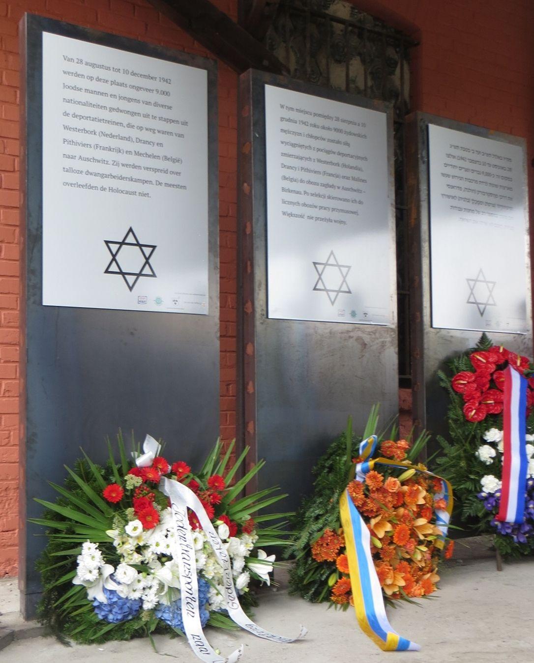 Tablice na stacji w Koźlu upamiętniające transporty zachodnioeuropejskich Żydów, które trafiły między innymi do Arbeitslager Annaberg.