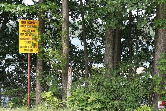 Widok z drogi na jezioro Starokiejkuckie, ogrodzone ze względu na leżący nad jeziorem Ośrodek Szkolenia Agencji Wywiadu (fot. mamik fotopolska.eu, lic. CC BY-SA 3.0)