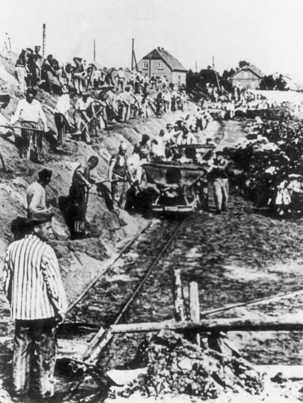 Praca ponad siły była jedną z nazistowskich metod eksterminacji więźniów obozów koncentracyjnych. Zdjęcie poglądowe.