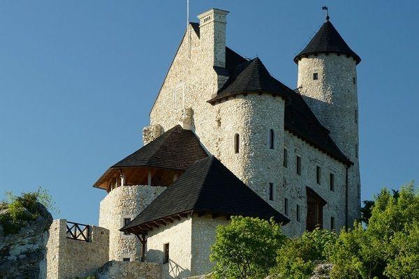 Odbudowany zamek Kazimierzowski w Bobolicach. Stan obecny. W przeciwieństwie do Bobolic po zamku w Żarnowcu przetrwały tylko zarysy fosy.