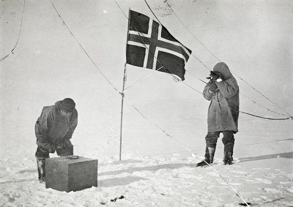 Umieszczenie norweskiej flagi na biegunie południowym. Jednej ze swoich późniejszych wypraw, Amundsen już nie przeżył.