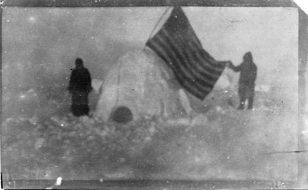 Zdjęcie z arktycznej ekspedycji Cook'a z 1909 roku, które rzekomo zostało zrobione na lub w pobliżu bieguna północnego.