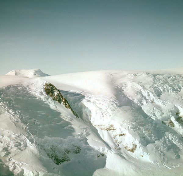 Droga na biegun obfitowała nie tylko w namacalne zagrożenia. Podróżnikom prócz zimna, głodu i chorób groziły także problemy psychiczne. Na zdjęciu część szlaku Raolda Amundsena na płaskowyż Antarktyczny.