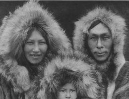 Patrząc na tę szczęśliwą rodzinę, aż trudno uwierzyć z czym na co dzień musieli się zmagać Inuici. Zdjęcie z 1930 roku.