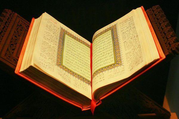 Przepisy dotyczące spożywania alkoholu przez muzułmanów nie są w świętej księdze islamu jednolite. Na zdjęciu Koran znajdujący się w Muzeum Historii Naturalnej w Nowym Jorku.