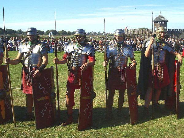 Podstawową jednostkę taktyczną armii rzymskiej stanowili legioniści. Na zdjęciu grupa rekonstrukcyjna z UMCS odwołująca się do tradycji Legio XIV GMV.