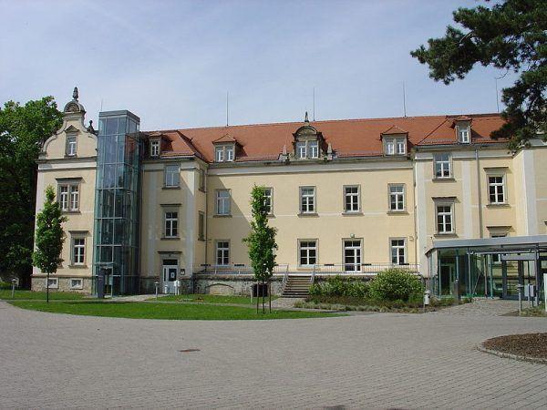 """Budynek zamku Sonnenstein, w którego piwnicach zabito kilkanaście tysięcy chorych psychicznie w ramach akcji T4, polegającej na fizycznej """"eliminacji życia niewartego życia""""."""