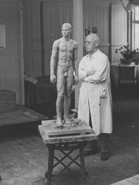 Artysta przy rzeźbie przedstawiającej akt męski. Fotografia z początku lat 40.