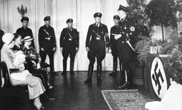 Ceremonia chrztu dziecka adoptowanego przez niemiecką rodzinę z ośrodka Lebensborn.