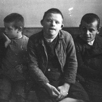 """Wszyscy chorzy psychicznie podlegali w III Rzeszy przymusowej sterylizacji. Nazistowska eugenika zakładała całkowitą eliminację """"ułomności"""" z procesu dziedziczenia."""