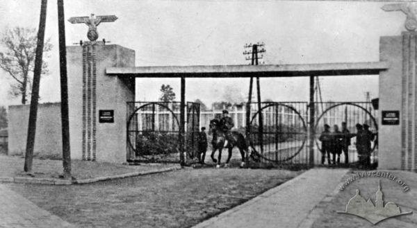Centralne wejście do obozu janowskiego we Lwowie, 1944 rok.