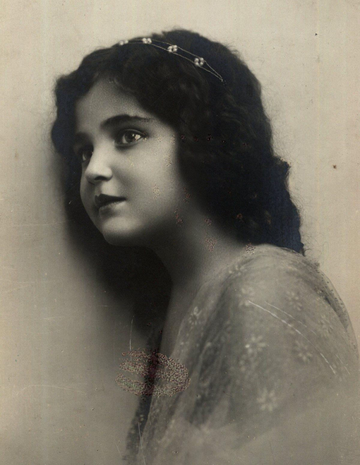 Grasujący pod Warszawą w 1938 roku zboczeniec obcinał włosy małym dziewczynkom. Na zdjęciu anonimowa dziewczyna, okres międzywojenny.