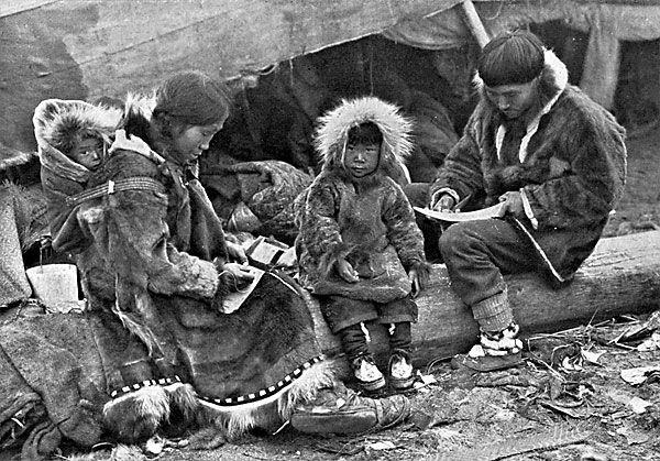 Większość części garderoby Inuici wytwarzali z foczych skór. Każdy element był niezwykle przemyślany pod kątem warunków atmosferycznych panujących w lodowym piekle, w którym przyszło im żyć.