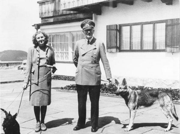 Ewa Braun i Adolf Hitler na zdjęciu wykonanym w czerwcu 1942 roku.
