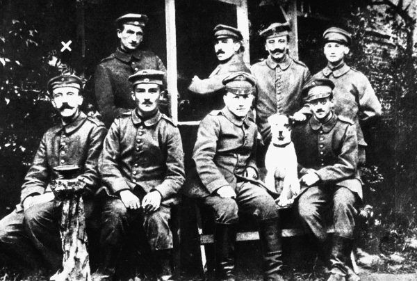 Zdjęcie z okresu I wojny światowej. Hitler siedzi pierwszy z lewej, nie zabrakło również Fuchsla.
