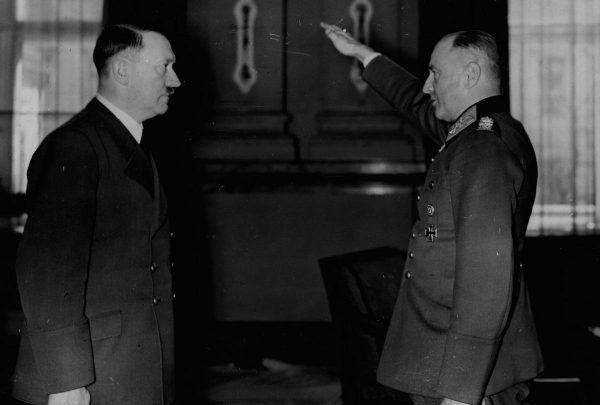 Hitler wymagał pełnego posłuszeństwa, dotyczyło to zarówno ludzi jak i zwierząt. Na zdjęciu generał von Brauchitsch składa życzenia urodzinowi wodzowi III Rzeszy.