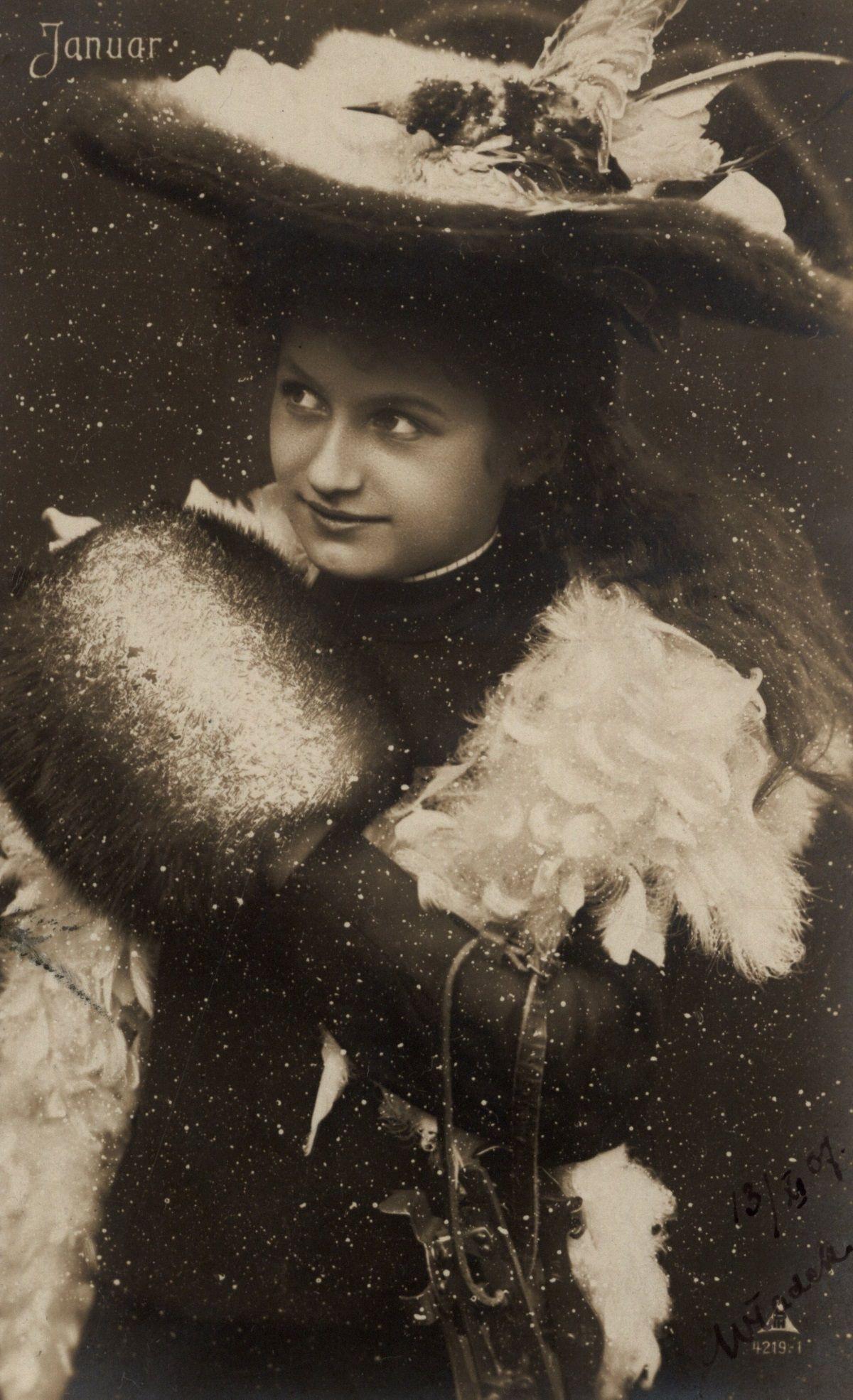 Kobieta w futrze. Pocztówka z przełomu XIX i XX wieku
