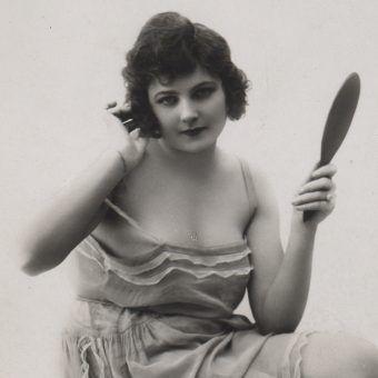 Kobieta z lusterkiem. Fotografia przedwojenna