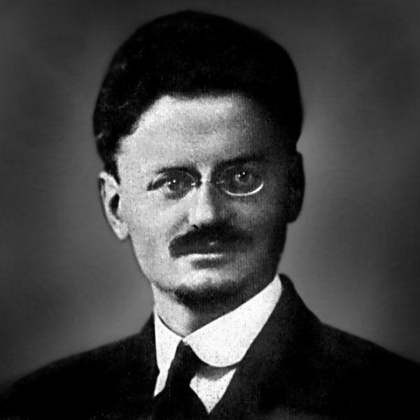 """Do utrwalenia przekonania, że rewolucja październikowa była doskonale zorganizowana i przeprowadzona, przyczynił się między innymi jeden z bolszewickich przywódców, Lew Trocki, autor """"Historii rewolucji październikowej""""."""