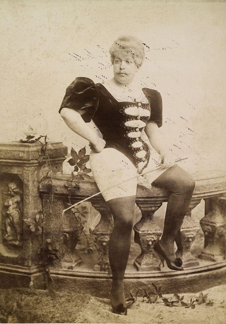 Mężczyzna w damskim grosecie, z pejczem w dłoni. XIX-wieczna fotografia ze zbiorów prof. Kraffta-Ebinga.