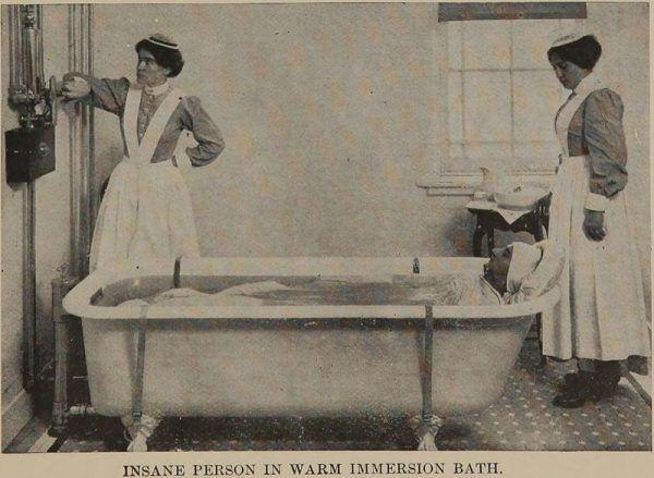 Jednym z elementów terapii chorych na nerwicę frontową byly kąpiele relaksacyjne. Zdjęcie z 1915 roku.