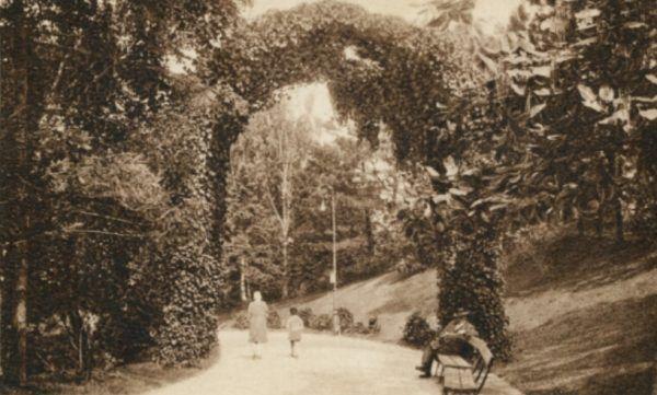 Park Ujazdowski w Warszawie. Ilustracja sprzed 1939 roku