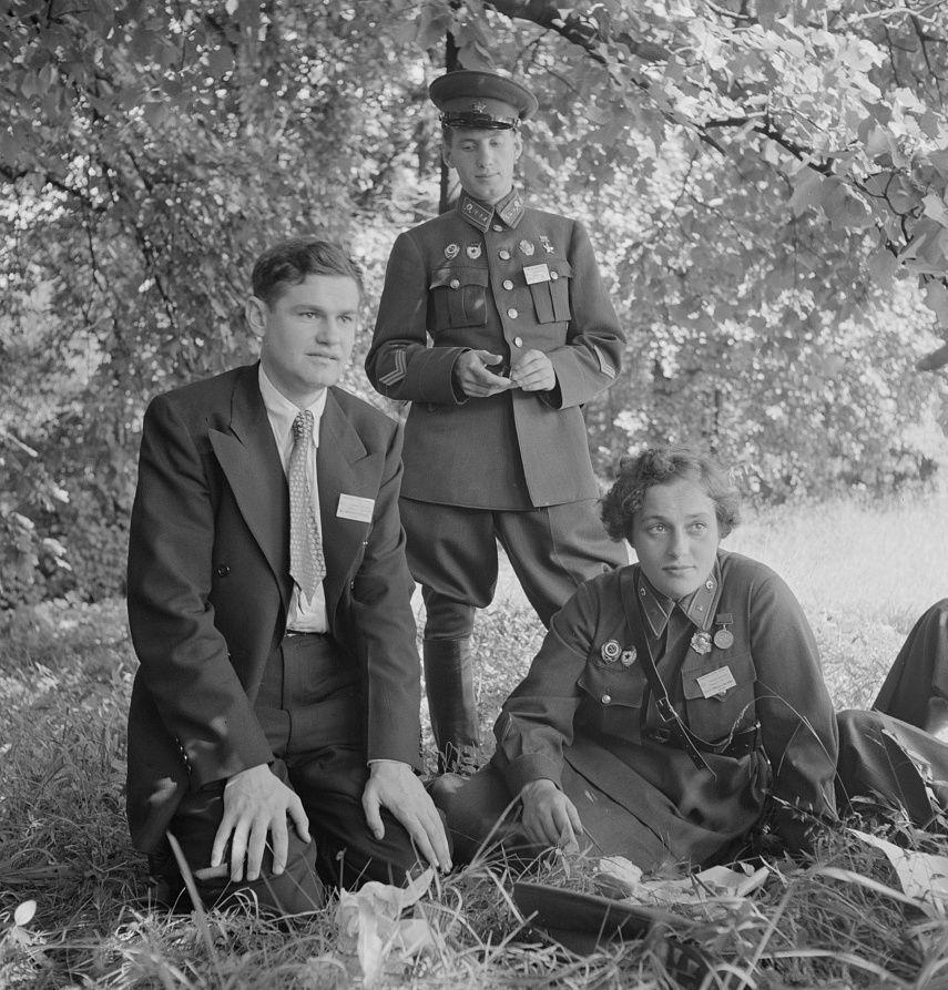 Pawliczenko jesienią 1942 roku została wysłana na zachód, aby agitować za otwarciem drugiego frontu w Europie. Na zdjęciu wykonanym w Stanach Zjednoczonych wraz z dwoma innymi radzieckimi delegatami.